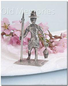 Hollands zilveren miniatuur voorstelling van een wachter gemaakt na 1953, het meesterteken is onduidelijk. Mooi stevig miniatuur, de bodemplaat is 2,4 x 2,4 cm en 4,5 cm hoog en het weegt 18 gram.