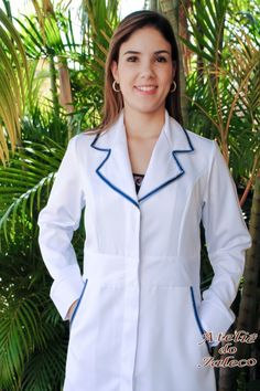 Jaleco gabardine e detalhes em gorgurão-028GORAZ Doctor White Coat, Doctor Coat, Dental Uniforms, Staff Uniforms, Spa Uniform, Scrubs Uniform, White Lab Coat, Beautiful Nurse, Lab Coats
