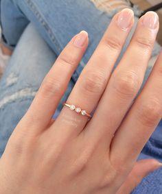 Minimal sade ve modern minik pırlanta yüzük. 3 taşlı pırlanta yüzük alyans ve tektaş. Zarif pırlanta yüzük. Rose altın. 3 stone diamond ring wedding band wedding ring and engagement ring