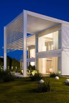 brise soleil to protect from the sun Villa Design, House Design, Futuristic Architecture, Residential Architecture, Architecture Design, Design Exterior, Interior And Exterior, Patio Chico, Ultra Modern Homes