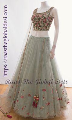 Vestidos de grife on-line - Designer dresses Short - Gowns Indian Gowns Dresses, Indian Fashion Dresses, Indian Designer Outfits, Bridal Lehenga Online, Designer Bridal Lehenga, Choli Designs, Lehenga Designs, Lehnga Dress, Lehenga Choli