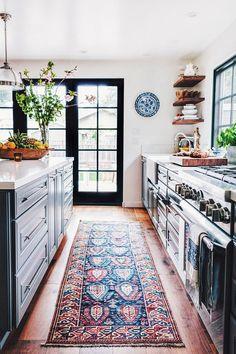 Ковер для кухни: очаровательные примеры
