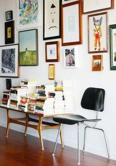 フローリングや家具と同じ色のフレームを使う事でバラバラなテーマの絵もまとまって見えます。