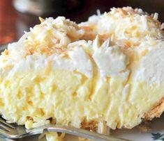 Нежнейший кокосовый пирог с толстым слоем крема. Вкусно!