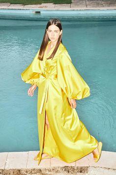 Sara Battaglia Spring 2020 Ready-to-Wear Fashion Show Collection: See the complete Sara Battaglia Spring 2020 Ready-to-Wear collection. Look 17 Vogue Paris, Runway Fashion, Fashion News, Fashion Trends, Yellow Fashion, Fashion Show Collection, Mellow Yellow, Mannequins, Summer Looks