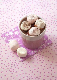 La recette du chocolat chaud aux chamallows. Un chocolat chaud bien crémeux à faire avec du bon chocolat noir, du lait et de la crème fraîche. Et pour plus de gourmandise, déposez des chamallows sur la boisson chaude !