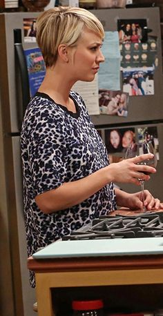 Penny's blue leopard print tee on The Big Bang Theory.  Outfit Details: http://wornontv.net/39761/ #TheBigBangTheory