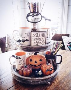 Try these exciting Halloween home decor ideas to bring in the creepy & spooky effect in your home for Halloween. These are all DIY Halloween Decor ideas. Halloween Chic, Casa Halloween, Spooky Halloween Decorations, Halloween Home Decor, Holidays Halloween, Halloween Treats, Vintage Halloween, Happy Halloween, Halloween Party