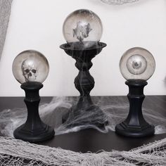 Check out these spooky crafts and Halloween decorations! Make them at home and scare your guests. 'Tis the season! Fete Halloween, Diy Halloween Decorations, Halloween 2019, Easy Halloween, Holidays Halloween, Halloween Treats, Diy Halloween Videos, Dollar Tree Halloween, Halloween Home Decor