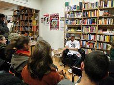 """A literatura não tem fronteiras, e uma das provas disso, é o lançamento do livro """"100 mágoas"""" em Berlim. Rodrigo Ciríaco, o autor, é educador da rede pública em São Paulo, e faz parte do time de escritores da intitulada literatura periférica. Morador da zona oeste de São Paulo, foi até a europa para lançar...<br /><a class=""""more-link"""" href=""""https://catracalivre.com.br/geral/dica-digital/indicacao/leia-trecho-do-livro-de-contos-100-magoas-lancado-recentemente-na-alemanha/"""">Continue lendo…"""