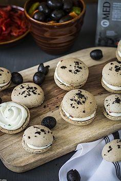 Macarons de aceitunas negras 5 Macarons, Tapas, Gourmet, Cream Cheeses, Almonds, Appetizers, Deserts, Pasta With Tuna
