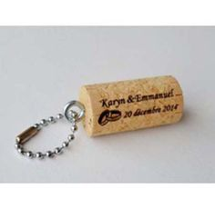 275bf4d99ab1 Ce porte-clés bouchon en liège gravé avec vos noms et la date de votre  mariage constituera un petit souvenir pratique à vos invités.
