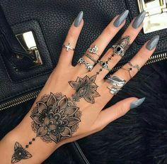 Si vous avez déjà décidé de remplacer les bagues et les anneaux par des dessins originaux pleins de signification, les idées de tatouage doigt à suivre sont