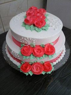Bolo de Casamento com Rosas Vermelhas, decorado com chantily