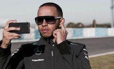 Formula 1 - Hamilton cancella tutti i post da Twitter Dopo lo scivolone delle fest di Natale, quando ha espresso su Instagram alcuni commenti poco felici sul nipotino in costume, il campione del mondo di Formula 1 Lewis Hamilton evidentemente ha deciso di utilizzare un approccio diverso coi social network e sta ripulendo tutti i profili, in particolar