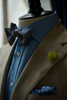Blue shirt with bow tie Fast Fashion, Girl Fashion, Mens Fashion, Blue Bow Tie, Bow Ties, Male Clothes, Traje Black Tie, Derby, Costume