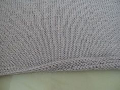 Tuto : Eviter le roulottage en bas d'un ouvrage Knitting Stitches, Knitting Patterns, Crochet Patterns, Crochet Round, Knit Crochet, Knit Edge, Different Stitches, Learn To Crochet, Knitting Projects