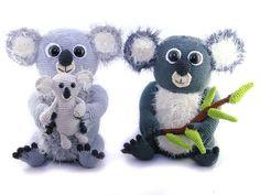Die Koala-Familie freut sich darauf, Dich kennenzulernen. Häkle sie einfach gleich nach + vergiss auch den Eukalyptus nicht, denn sie sind hungrig.