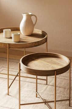Folding table with a wooden tray and golden legs. Funny Furniture, Cool Furniture, Furniture Design, Steel Furniture, Living Furniture, Living Room Modern, Home Living Room, Zara Home Table, Geometric Furniture