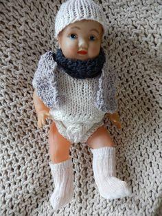 heel klein oud popje kleedjes zelf gebreid