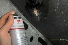 Schleifstaub gründlich entfernen und atmungsaktiven Caravan-Unterbodenschutz aufsprühen.