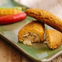 Empanada de banana-verde com recheio de siri Empanadas, Siri, Cornbread, Banana, Tacos, Ethnic Recipes, Food, Mushy Peas, Stuffing