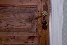 Yksi talomme ovenkahvoista repsottaa hiukan, eikä ovea tahdo saada kunnolla suljetuksi. Voisiko pikkuvian korjata itse?
