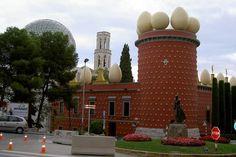 """""""Torre Galatea"""", çatısındaki devasa yumurtalarla, ilk bakışta dikkat çekiyor. İspanya'nın Figueras şehrinde bulunan ve Salvador Dali Müzesi olarak işlev gören yapı, ünlü ressamın eşinin adını taşıyor. Dali, 1989 yılında ölene dek bu evde yaşamış. Ressamın mezarı da, müzenin sergi salonunun altında, işaretlenmemiş bir yerde yer alıyor."""