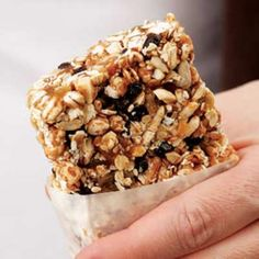 Almond-Honey Power Bar recipe - Why pay high prices for commercial power bars when you can make these delectably chewy, no-fuss energy bars. Golden roasted nuts, seeds and oats are enveloped by flavorful almond butter. High Fiber Breakfast, Breakfast On The Go, Breakfast Bars, Diet Breakfast, Breakfast Ideas, Healthy Breakfast Recipes, Healthy Snacks, Healthy Recipes, Bar Recipes