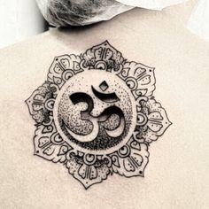 """Marque seus amigos mais zen! """"som OM é formado pelo ditongo das vogais a e u, e a nasalização do m no final fecunda o mantra universo krishna, representada pela letra m. Por isso é que, às vezes, aparece grafado Aum. Estas três letras correspondem, segundo a Maitrí Upanishad, aos três estados de consciência: vigília, sono e sonho. """"EsteÁtmané o mantra eterno Om, os seus três sons, a, u e m, são os três primeiros estados de consciência, e estes três estados são os três sons""""  Tatuagem feita…"""
