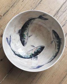 Avant notre départ, nous sommes passés à l'atelier Orfeu, à Plurien, derrière Sables-d'Or-les-Pins et nous avons choisi ces plats pour remercier nos hôtes. Ça devrait leur plaire, n'est-ce pas ? - #bretagne #ceramique #ceramic #artandcraft #craft #artisanat #plat #atelier #faitmain #poisson Wabi Sabi, Scorpios Mykonos, Decoration Photo, Art And Craft, Turbulence Deco, Love Warriors, Style Rustique, Pins, Style Minimaliste