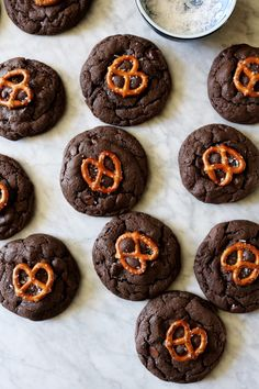 To make these chocolate caramel pretzel cookies we start with double chocolate cookie batter. Stuff it with caramel, then top with a pretzel. Pretzel Cookies, Cinnamon Roll Cookies, Twix Cookies, Caramel Cookies, Galletas Cookies, Yummy Cookies, Chocolate Desserts, Chocolate Chip Cookies, Yummy Treats