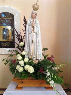 Mary Flowers, Altar Flowers, Church Flowers, Funeral Flowers, Church Altar Decorations, Flower Decorations, Christmas Flower Arrangements, Floral Arrangements, Flores Do Altar