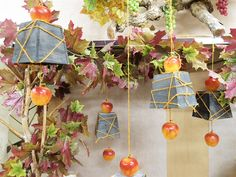 Una decorazione autunnale originale e creativa da appendere. Fai da te la vetrina autunno di quest'anno. In questa idea abbiamo legate delle mele artificiali a dei caspò in legno. Prendi spunto per una vetrina da urlo e acquista l'occorrente all'ingrosso.