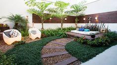 jardim com deck de madeira