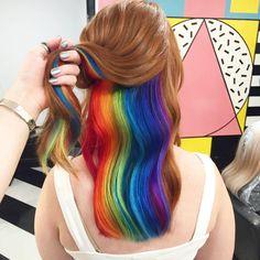 Psiu… Veja só o cabelo desta garota com um arco-íris escondido. | Este cabelo…