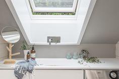 (3) BO HØYT OG FRITT I EKEBERGSKRENTEN: Nydelig 2-roms med 15,6 kvm vestvendt takterrasse med rå utsikt! - Lekre detaljer - Mulighet for P-plass - Lave f.kost - Nærhet til marka og sentrum! | FINN.no Alcove, Bathroom Lighting, Bathtub, Real Estate, Mirror, Furniture, Home Decor, Rome, Standing Bath