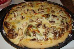 Depuis que j'en ai mangé chez Normandin, je voulais recréer cette pizza que je trouvais tellement originale et bien pensée, mais oh combien ... Pizza Twists, Pizza Buns, Pizza Sandwich, Gf Recipes, Healthy Recipes, Fun Desserts, Dessert Recipes, Campbells Soup Recipes, Pizza Dough