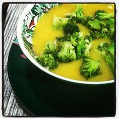 Sopa de mandioquinha com brócolis 7 mandioquinhas (batata baroa) descascadas e picadas 2 colheres de sopa de óleo de coco 1 cebola ralada 1 xícara de alho poró picado 1 ramo de cebolinha verde 2 xícaras de brócolis (prefiro aquele miudinho que chamam de japonês ou ninja – aliás adoro a idéia do ninja – hahaha aloka) 6 dentes de alho 1 colher de sopa de missô