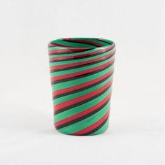 Il <strong>goto del maestro</strong> è il tipico bicchiere in vetro colorato realizzato utilizzando una tecnica di lavorazione tradizionale di <strong>Murano</strong>. Realizzato interamente a mano dal <strong>maestro Bruno Fornasier</strong> verso la fine degli anni '90, è un prezioso oggetto d'arte <strong>unico, irripetibile e reperibile solo su Lovli</strong>.  Questo goto fa parte della pregiata collezione dei <strong>Fratelli Toso</strong>, una delle più antiche e tradizionali vetrerie…