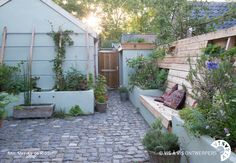 Slechts 40m2 groot en toch een heerlijke groene oase met meer sfeer, meer planten, kruiden, fruit en een lekkere plek om in de tuin te zitten