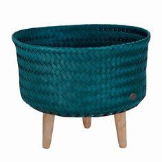 Ręcznie pleciony kosz w kolorzeniebiesko-zielonyto doskonała propozycja dla osób ceniących nietuzinkowe wzornictwo i wysoką jakość wykonania.
