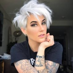 Este posibil ca imaginea să conţină: 1 persoană, cadru apropiat Short Platinum Blonde Hair, Funky Short Hair, Short Grey Hair, Short Hair Cuts, Short Hair Styles, Edgy Pixie Cuts, Short Blonde Pixie, Really Short Hair, Trendy Hair