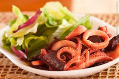 Obá Restaurante (jantar)    Calamares manches  Lula e beterrabas assadas, salteadas com suco cítrico e toque de pimenta; acompanha folhas verdes; prato emblemático do Chef mexicano Benito Molina