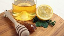 Lemon Water with Honey: A Highly Nutritious Drink Lemon water with honey is a delicious drink with many health benefits. The potion has been proven to be an excellent remedy for sore throat especially. Reflux Gastrique, Honey Lemon Water, Lemon Sugar, Dry Cough Remedies, Scar Remedies, Honey Benefits, Health Benefits, Manuka Honey, Pure Honey