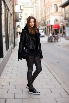 street style inspirations: lovely androgynous winter style of caroline's mode Leggings Outfit Winter, Legging Outfits, Leggings Fashion, Black Shearling Coat, Shearling Jacket, Estilo Fashion, Ideias Fashion, Faux Leather Leggings, Leather Jacket