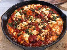 Ο Λάμπρος Βακιάρος μας δίνει τη δική του εκδοχή για τον διάσημο ουζομεζέ. Αυτές οι γαρίδες σαγανάκι θα σας ενθουσιάσουν! Gluten Free Dinner, Greek Recipes, Paella, Feta, Seafood, Curry, Food Porn, Lose Weight, Food And Drink