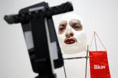 #TimBeta #TimBeta Pesquisador vietnamita cria máscara que engana reconhecimento facial do iPhone X #BetaLab #BetaLab