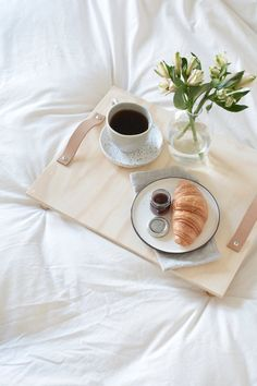 This DIY breakfast tray is a quick and easy project for anyone to make simply using plywood and leather. Breakfast Photography, Coffee Photography, Food Photography, Coffee Time, Morning Coffee, Photo Café, Breakfast Tray, Romantic Breakfast, Aesthetic Food