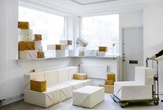 Gustafson & Stahlbom, soft parcel, 2009. collection de mobiliers composés d'éléments en mousse recouverts de tissu façon papier kraft à assembler soi-même, le système se compose de colis-modules de différentes tailles.